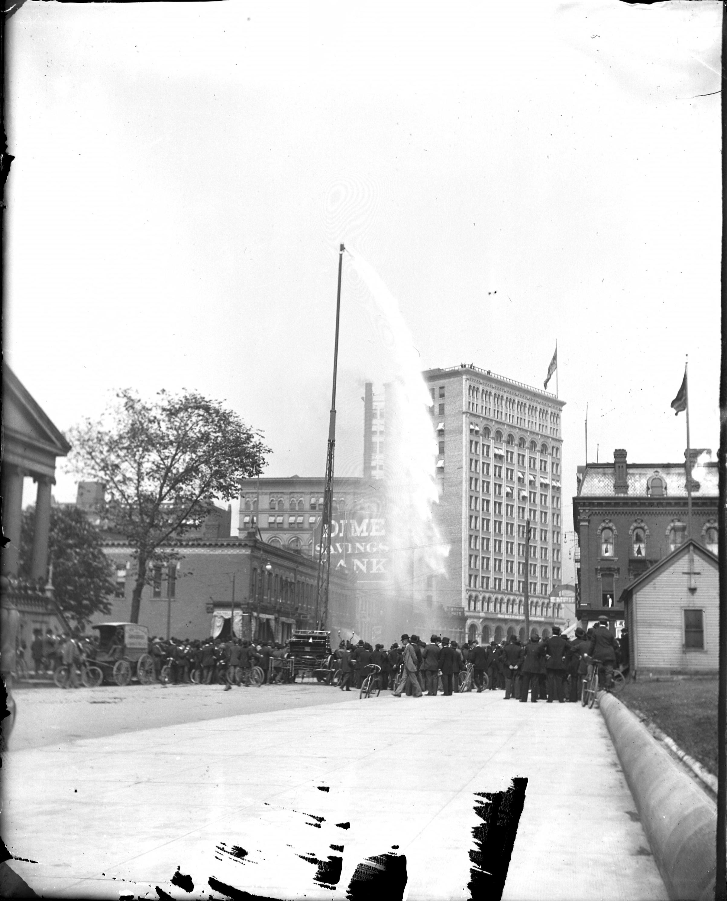 1895 crowd watches pumper demonstration